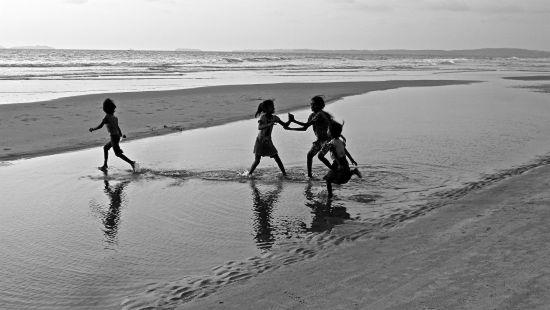 kinderen op strand in goa